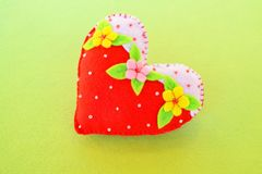 Corazón hecho a mano del fieltro - símbolo del día de tarjetas del día de San Valentín, corazón hermoso hecho a mano Foto de archivo libre de regalías