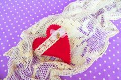 Corazón hecho a mano del fieltro - símbolo del día de tarjetas del día de San Valentín, corazón hermoso hecho a mano Imagen de archivo libre de regalías
