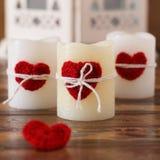 Corazón hecho a mano del ganchillo rojo para la vela para el día de tarjeta del día de San Valentín del santo Foto de archivo