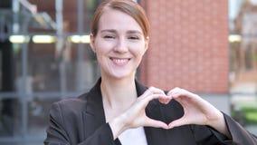 Corazón hecho a mano del hombre de negocios joven Standing Outdoor almacen de video