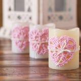 Corazón hecho a mano del rosa del ganchillo para tres velas para la tarjeta del día de San Valentín del santo Imágenes de archivo libres de regalías