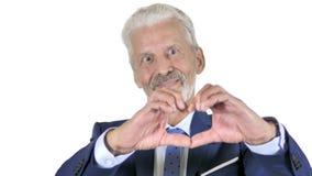 Corazón hecho a mano del viejo hombre de negocios Isolated en el fondo blanco almacen de video