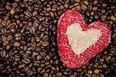 Corazón hecho a mano en los granos de café Fotografía de archivo