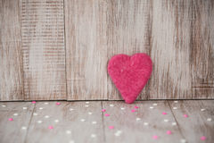 Corazón hecho a mano rosado del día de tarjetas del día de San Valentín con el caramelo imágenes de archivo libres de regalías