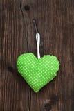 Corazón hecho a mano verde de la tela con los lunares que cuelgan en fotografía de archivo libre de regalías