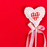 Corazón hermoso de las tarjetas del día de San Valentín sobre fondo rojo con el copyspace. V Imágenes de archivo libres de regalías
