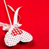 Corazón hermoso de las tarjetas del día de San Valentín sobre fondo rojo con el copyspace. V Imagen de archivo libre de regalías