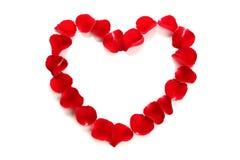 Corazón hermoso de pétalos color de rosa rojos Fotos de archivo libres de regalías