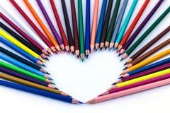 Corazón, lápices del color imagen de archivo libre de regalías
