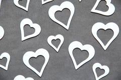 Corazón limpio blanco en un fondo gris para todos los amantes Fotografía de archivo libre de regalías
