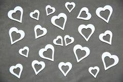 Corazón limpio blanco en un fondo gris para todos los amantes Fotografía de archivo