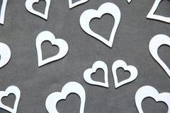 Corazón limpio blanco en un fondo gris para todos los amantes Imagenes de archivo