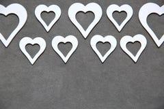 Corazón limpio blanco en un fondo gris para todos los amantes Foto de archivo