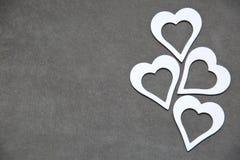 Corazón limpio blanco en un fondo gris para todos los amantes Imagen de archivo libre de regalías