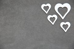 Corazón limpio blanco en un fondo gris para todos los amantes Imágenes de archivo libres de regalías