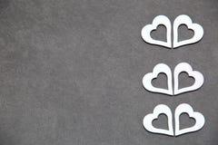 Corazón limpio blanco en un fondo gris para todos los amantes Foto de archivo libre de regalías