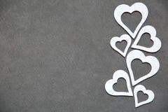 Corazón limpio blanco en un fondo gris para todos los amantes Fotos de archivo libres de regalías