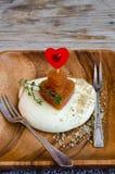 Corazón, membrillo Marmelade y queso rojos de la mozzarella Imágenes de archivo libres de regalías
