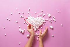 Corazón Mini Marshmallows Female Hands del concepto Imagen de archivo libre de regalías