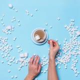 Corazón Mini Marshmallows Female Hands del concepto Imagenes de archivo