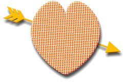 Corazón modelado con una flecha de oro Imágenes de archivo libres de regalías