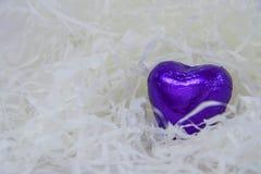 Corazón púrpura del caramelo en un blanco Imagen de archivo libre de regalías