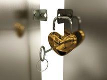 Corazón-padlock con clave en la puerta Fotos de archivo libres de regalías