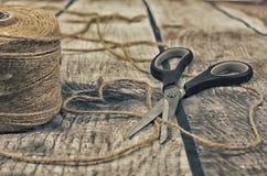 Corazón para el día del ` s de la tarjeta del día de San Valentín, cortando con las tijeras, dividiendo Fotos de archivo