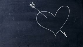 Corazón pegado flecha Tiza manuscrita en una pizarra negra La flecha del cupido tira el corazón libre illustration