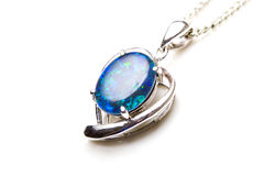 Corazón pendiente de plata de piedra del ópalo de la joyería elegante Foto de archivo libre de regalías