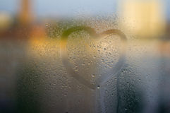Corazón pintado sobre el vidrio El vidrio se empaña para arriba y hay hombre Fotos de archivo