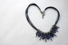Corazón presentado de una joyería del ` s de la mujer, collares con los hilos negros, joyas azules, diamantes, diamantes en la fo imagenes de archivo