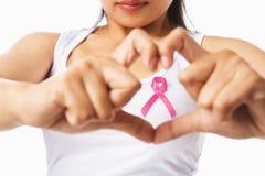 Corazón que enmarca en pecho de la mujer con la divisa rosada Fotos de archivo libres de regalías