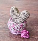 Corazón que hace punto en fondo de madera Haga a ganchillo el corazón de oro El día de tarjeta del día de San Valentín, tarjeta d foto de archivo