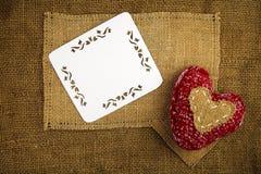 Corazón que hace punto en la harpillera Imagen de archivo libre de regalías