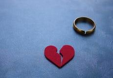 Corazón quebrado y anillo Fotografía de archivo
