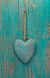 Corazón rústico en la superficie de madera para la tarjeta del día de San Valentín, cumpleaños de la turquesa Imágenes de archivo libres de regalías
