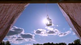 Corazón retro de la linterna en fondo de la puesta del sol almacen de metraje de vídeo