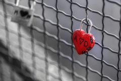 Corazón rojo, blanco y negro, candado fotografía de archivo