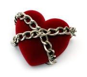 Corazón rojo bloqueado con el encadenamiento Foto de archivo