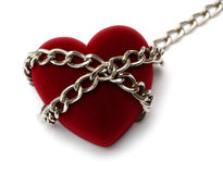 Corazón rojo bloqueado con el encadenamiento fotos de archivo libres de regalías