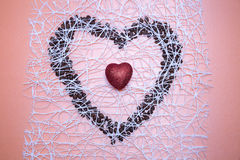 Corazón rojo brillante dentro del corazón simbólico de los granos de café en sy Fotografía de archivo
