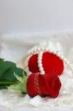 Corazón rojo, collar rojo de la perla de Rose Fotos de archivo libres de regalías