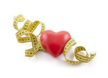 Corazón rojo con cinta métrica amarilla Imágenes de archivo libres de regalías