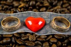 Corazón rojo con dos anillos Fotos de archivo libres de regalías