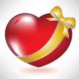 Corazón rojo con el arqueamiento de oro Fotos de archivo