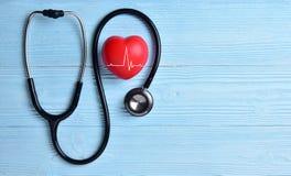 Corazón rojo con el estetoscopio Imágenes de archivo libres de regalías