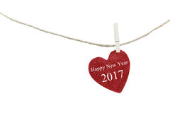 Corazón rojo con el texto de la Feliz Año Nuevo 2017 que cuelga en cuerda del cáñamo Fotos de archivo libres de regalías