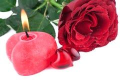 Corazón rojo con la vela ardiente Foto de archivo