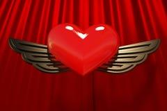 Corazón rojo con las alas del oro Foto de archivo